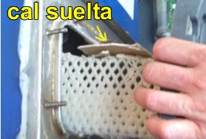 La canasta con el polvo de cristales y escamas de cal